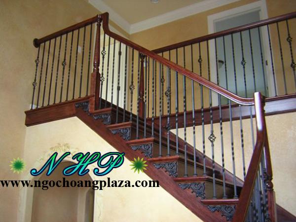 Cầu thang sắt tay vịn gỗ giá rẻ