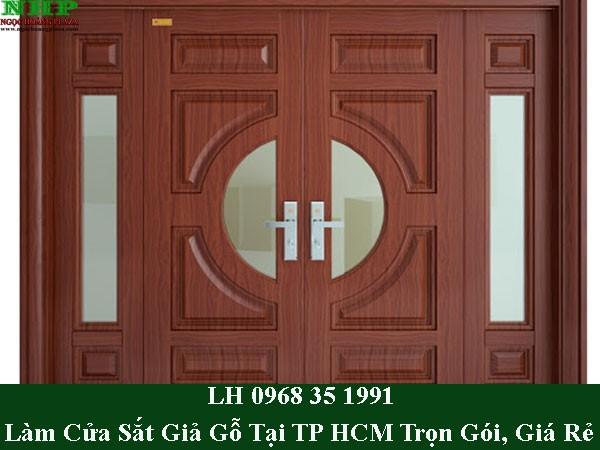 Làm cửa sắt giả gỗ tại TPHCM giá rẻ