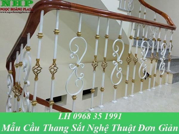 Mẫu cầu thang sắt nghệ thuật đơn giản, được thiết kế bằng các thanh sắt với họa tiết đơn giản