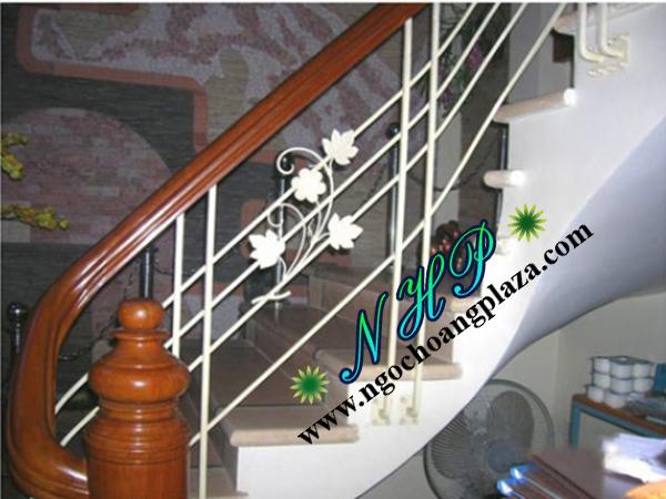 Mẫu cầu thang sắt tay vịn gỗ đẹp