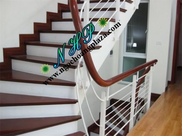 Mẫu cầu thang sắt tay vịn gỗ giá rẻ