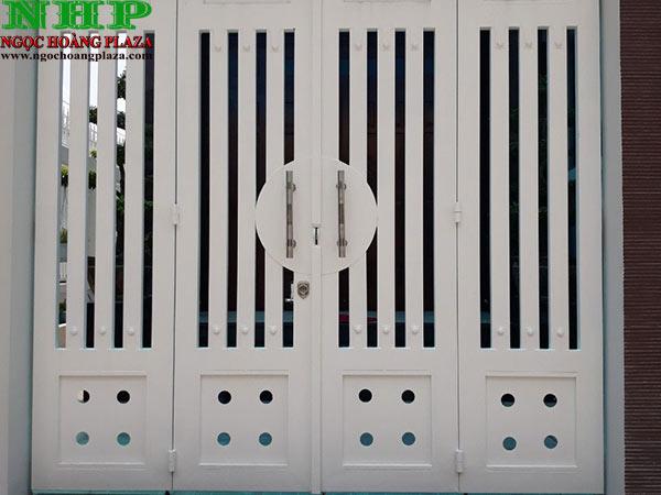 Mẫu cửa sắt pano 4 cánh cao cấp với màu sơn trắng