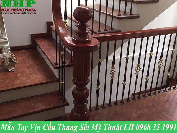 Mẫu tay vịn cầu thang sắt mỹ thuật cao cấp bằng gỗ