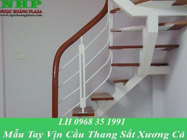 Mẫu tay vịn cầu thang sắt xương cá được thiết kế bằng gỗ