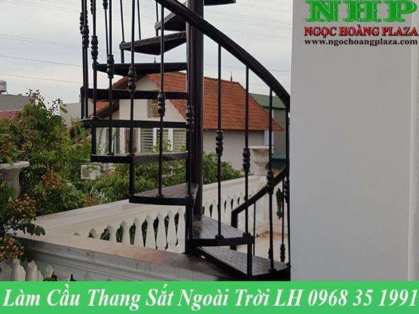 Làm cầu thang sắt ngoài trời tại TPHCM chuyên nghiệp