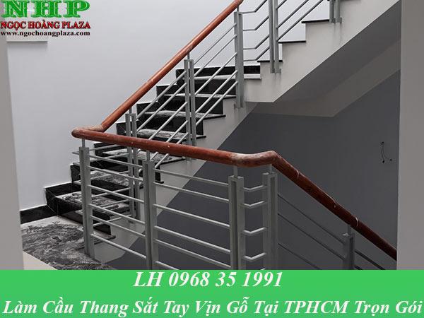 Dịch vụ làm cầu thang sắt tay vịn gỗ tại TPHCM trọn gói